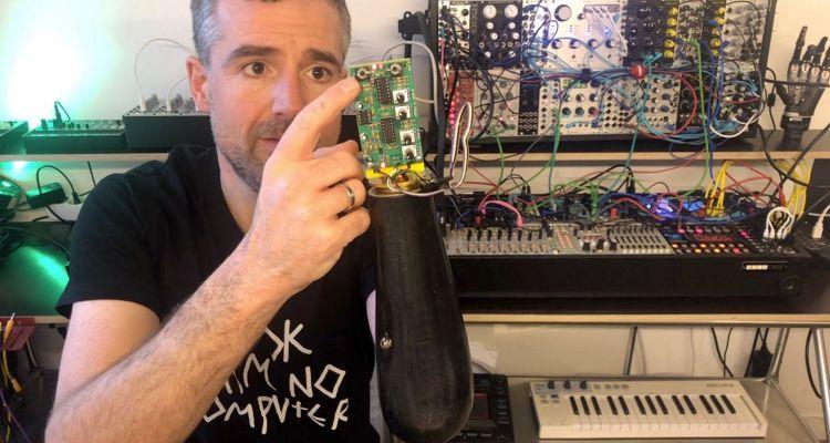 Cet homme a transformé sa prothèse de bras en synthétiseur modulaire, contrôlé par sa pensée