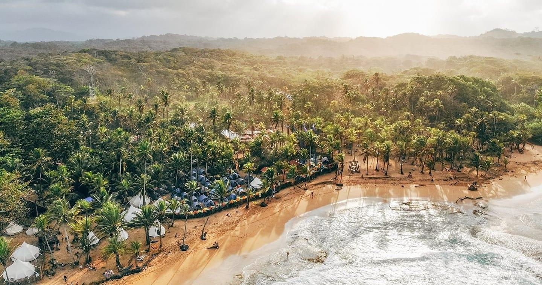 300 festivaliers coincés en quarantaine sur une plage paradisiaque au Panama