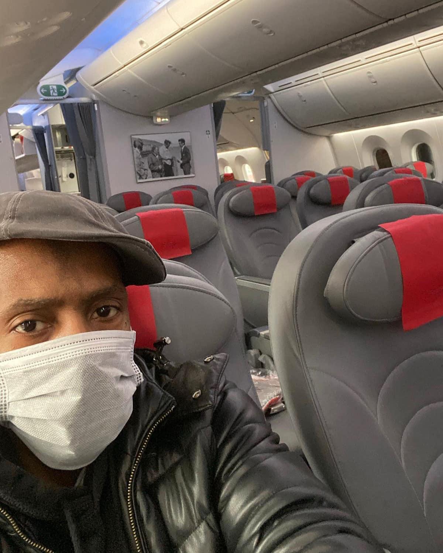 Seul dans un avion, Lil Louis témoigne son amour à ses fans face au Coronavirus