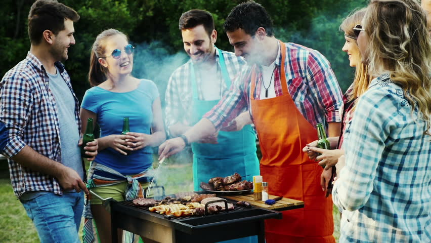 Image d'amis autour d'un barbecue