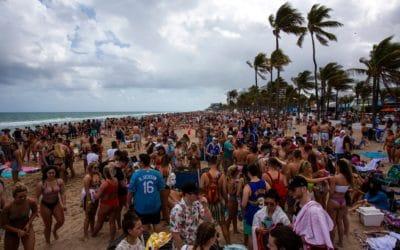 Spring Break : malgré la pandémie, des milliers de jeunes se sont rassemblés sur les plages de Floride