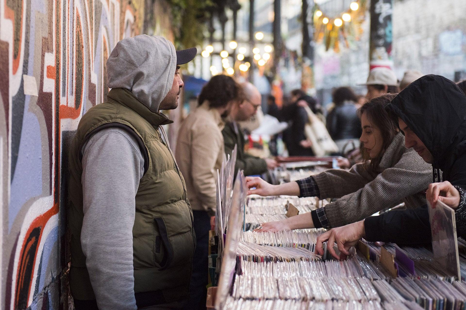 Photo de vinyls dans des bacs