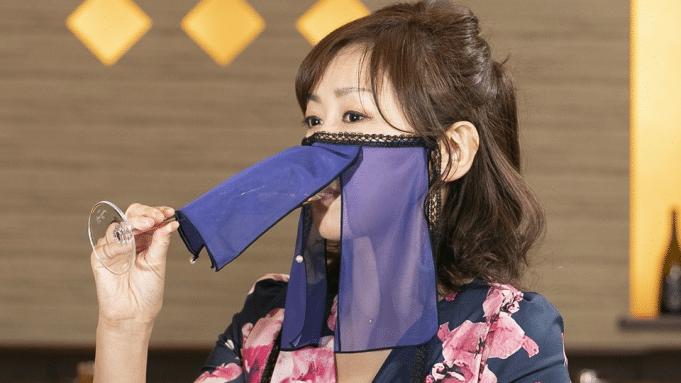 Japon : un masque a été inventé pour pouvoir boire et manger