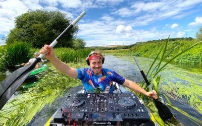 Le premier DJ set sur un canoë kayak vient d'être réalisé par le dj SUAT