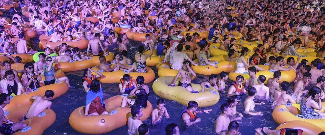 Pendant ce temps à Wuhan, une géante «pool party techno» crée la polémique