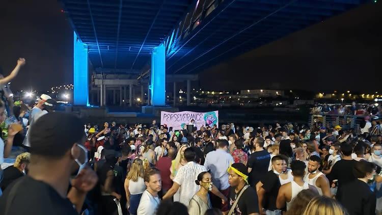 Une immense rave sous un pont à Brooklyn provoque l'indignation sur les réseaux sociaux