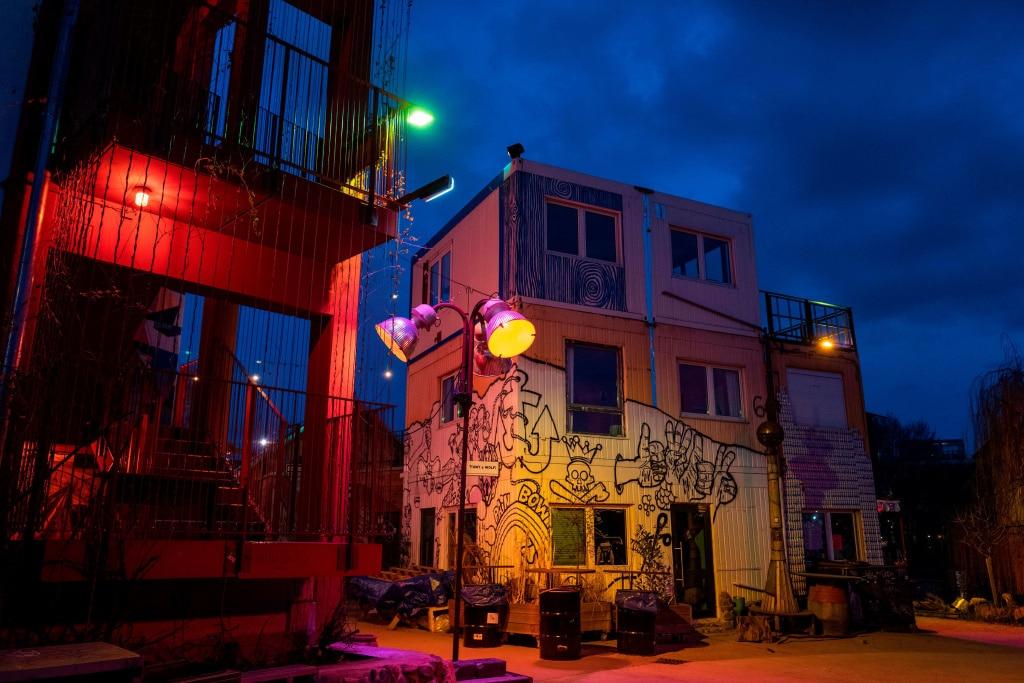 Photo d'un bar désert de Berlin en pleine nuit