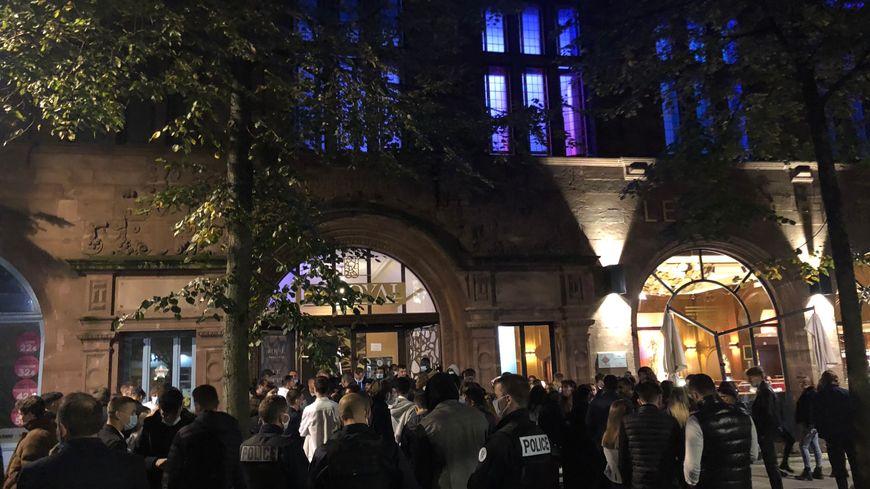Etudiants bloqués à l'entrée d'une boîte de nuit
