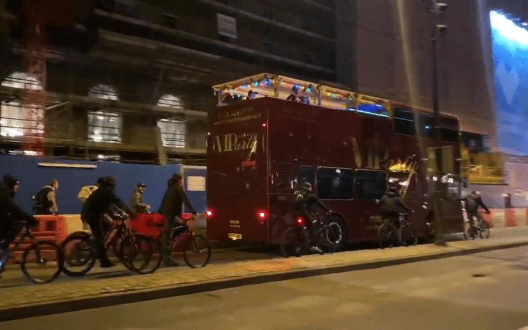 [VIDÉO] Des centaines de cyclistes suivent un techno bus dans les rues de Liverpool