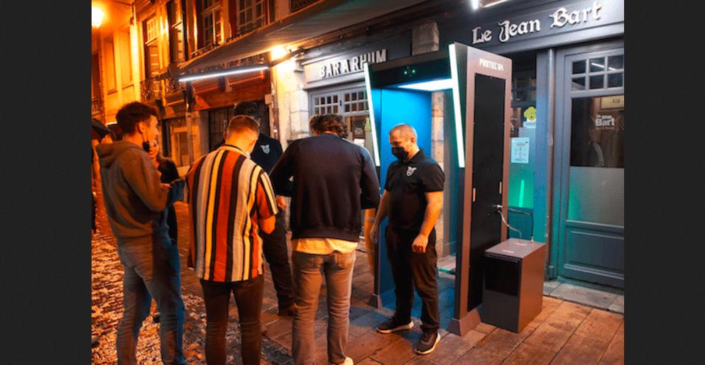 Bayonne : deux bars installent des «douches anti-covid» à l'entrée