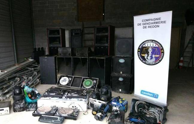 Photo de la perquisition du matériel par la gendarmerie