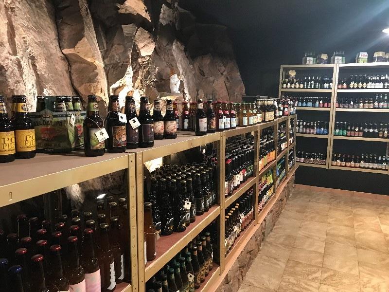 Un grossiste breton brade des milliers de bouteilles de bières et de vin à prix cassés