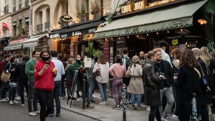 Paris : la consommation d'alcool interdite dans deux rues qui proposent des boissons à emporter