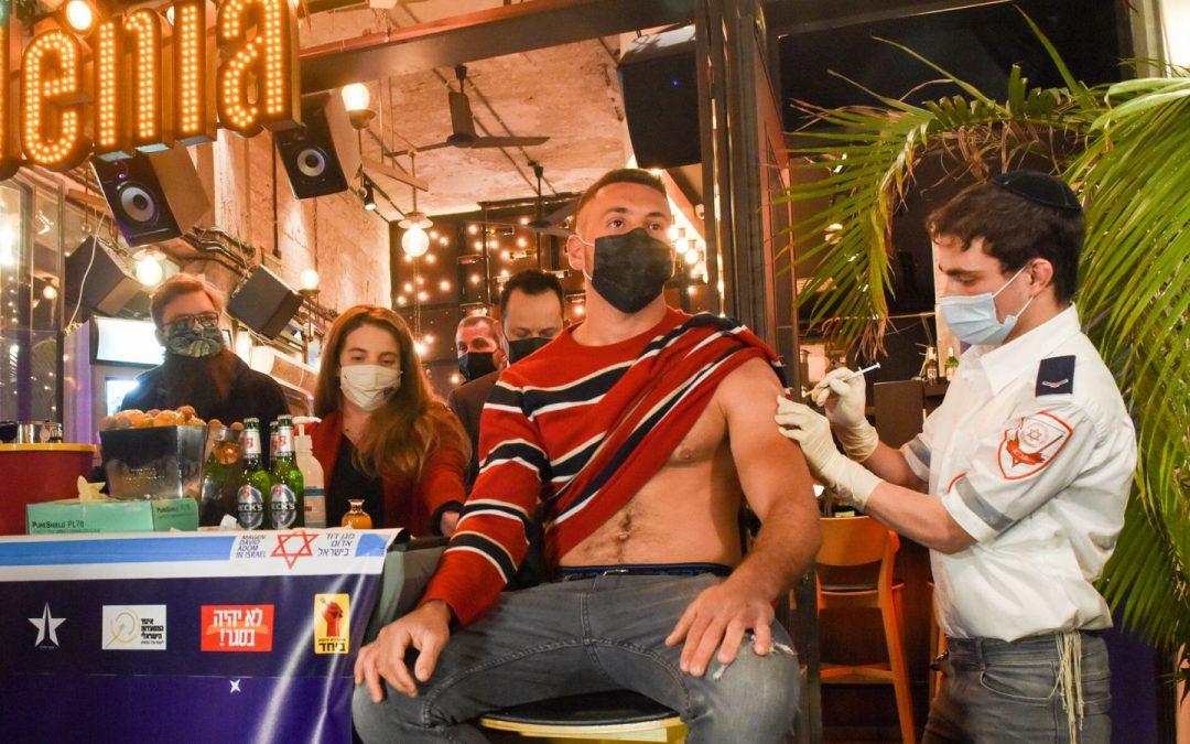 Un bar israélien offre des verres à chaque jeune qui vient se faire vacciner