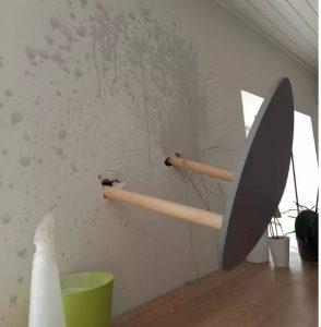 Un tabouret planté dans le mur dans l'appartement