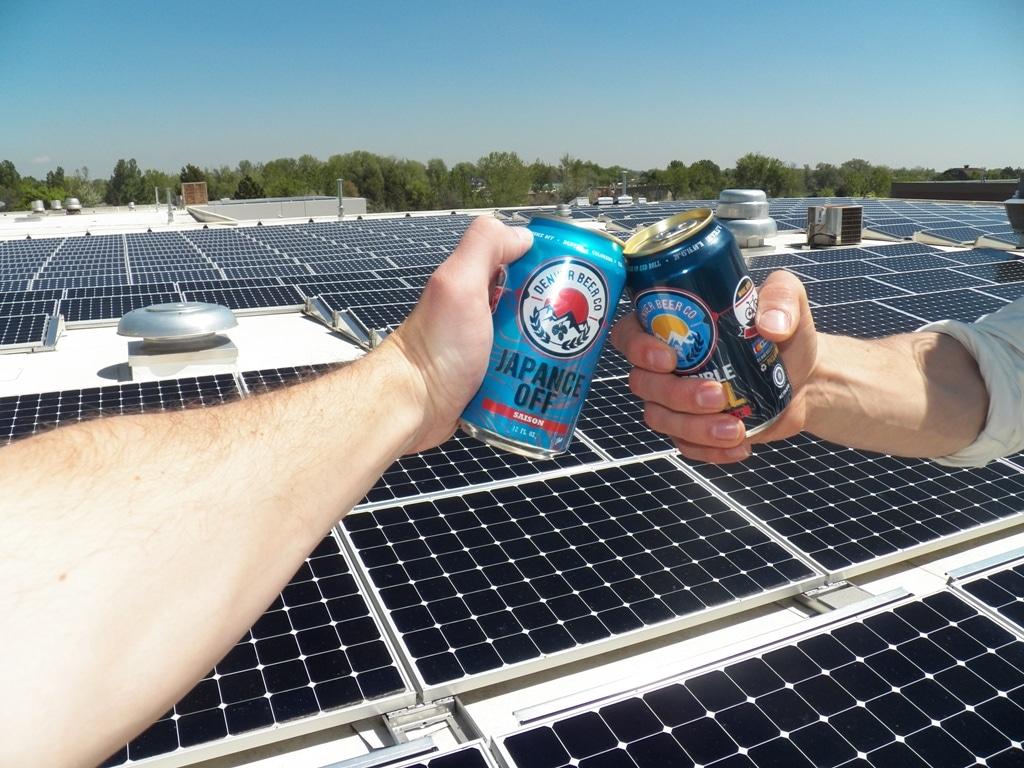 Bières sur fond de panneau solaires