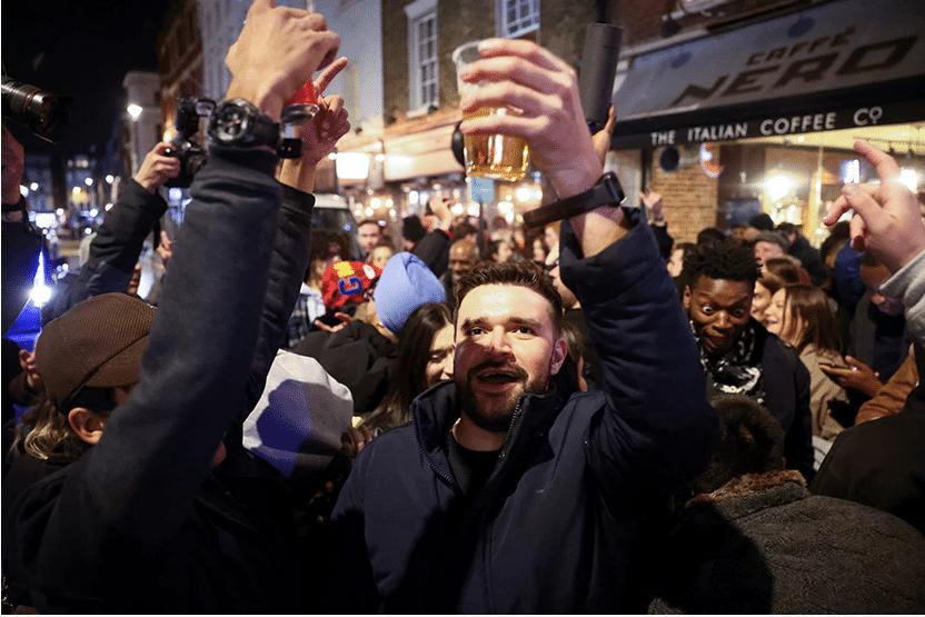 Anglais qui fêtent la réouverture des pubs. Crédit : Henry Nicholls, Reuters