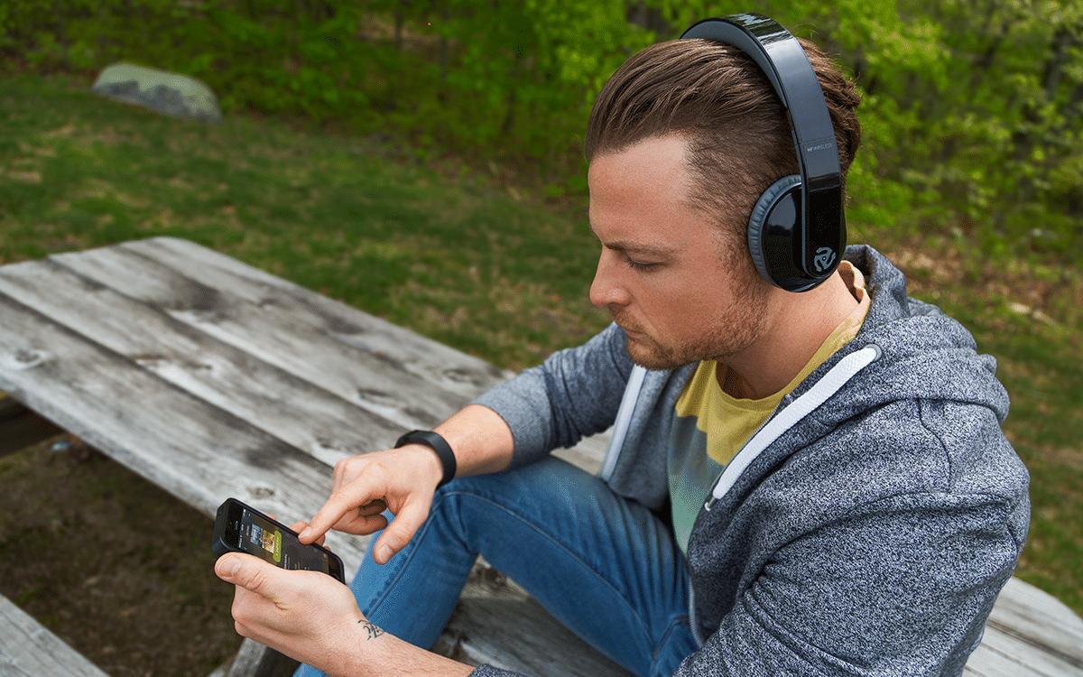 Personne écoutant de la musique