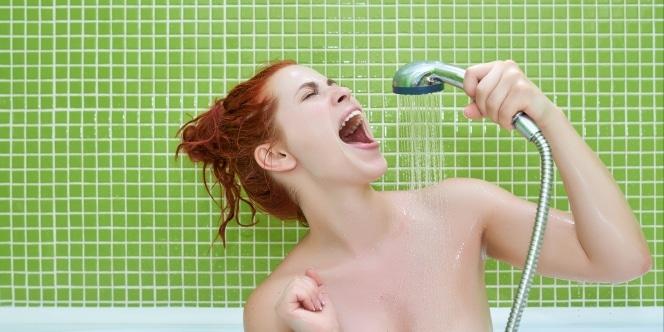 Femme qui chante sous la douche. Crédit : iStock/stock_colors