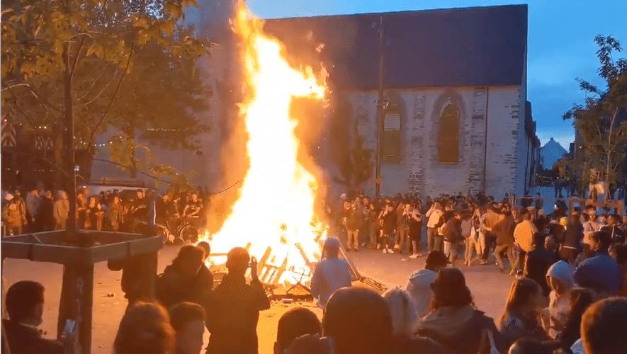 1000 personnes se sont réunies à Rennes pour faire la fête autour d'un feu
