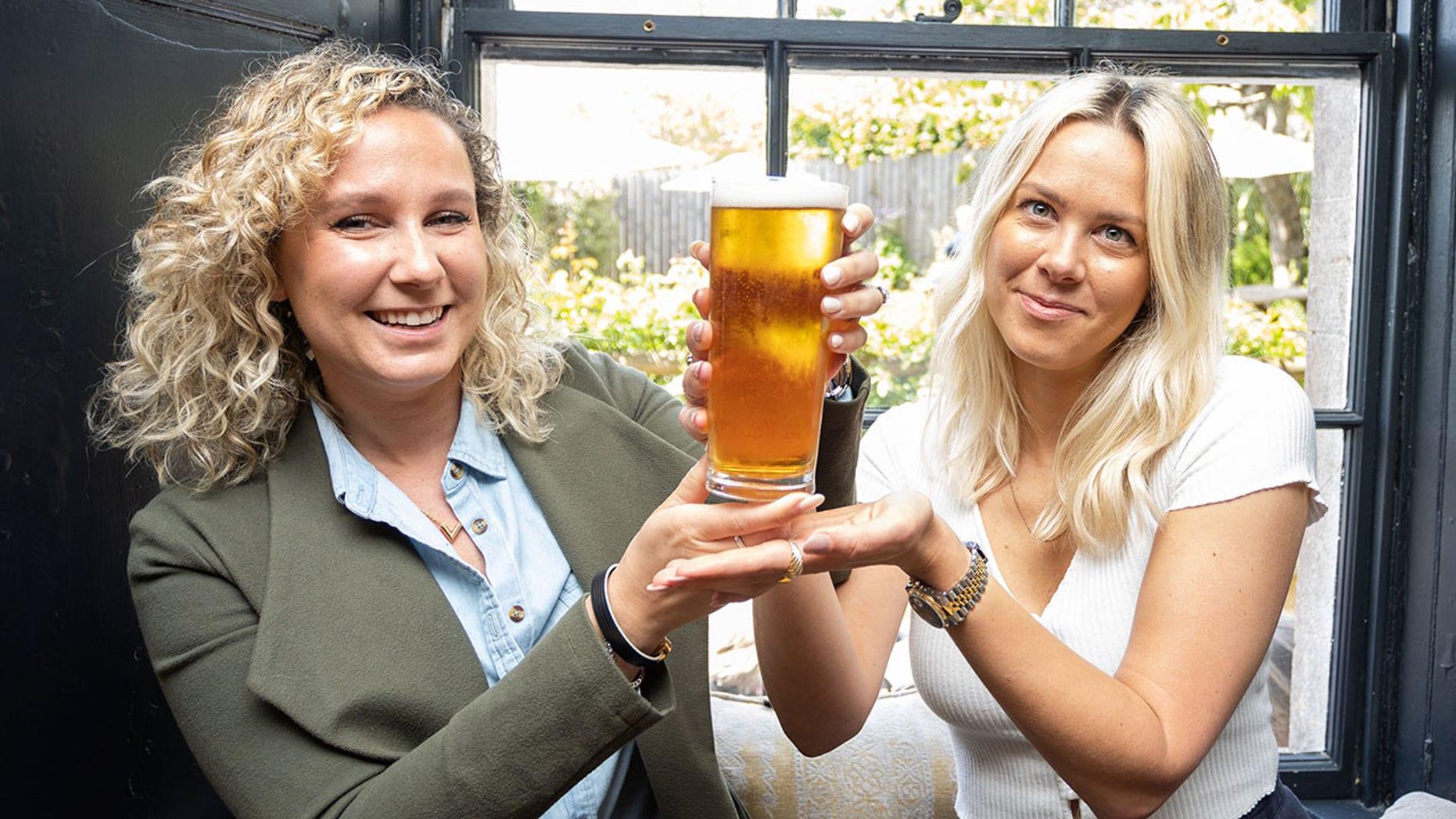 Les gagnantes de la bière vendue aux enchères en Angleterre. Crédit : SWNS