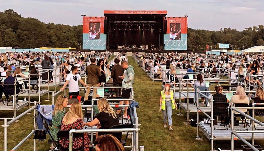 Photo d'un festival debout avec distancitation sociale en Angleterre. Crédit : @virginmoneyunityarena