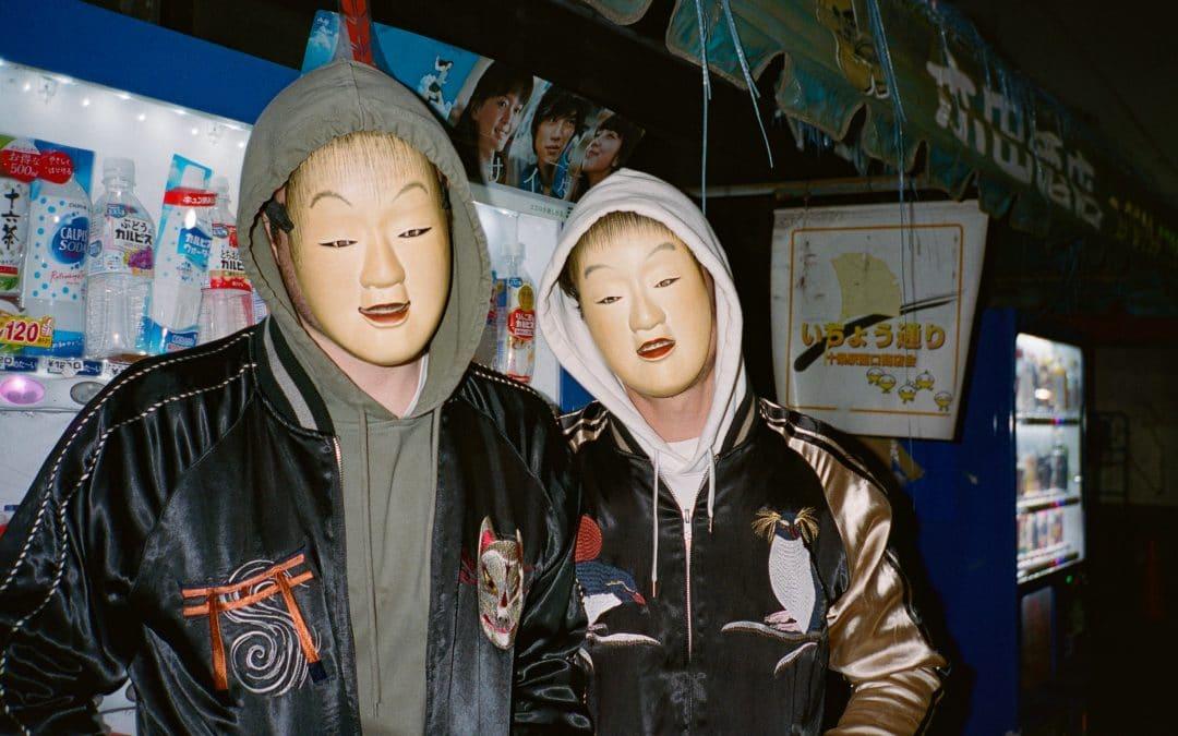 Les frères masqués Supernaive mêlent techno et sonorités asiatiques sur leur dernier album