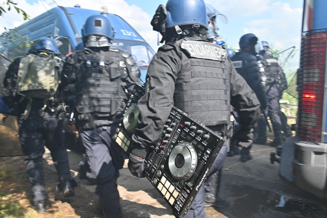 Police qui confisque le matériel de la rave party à Redon