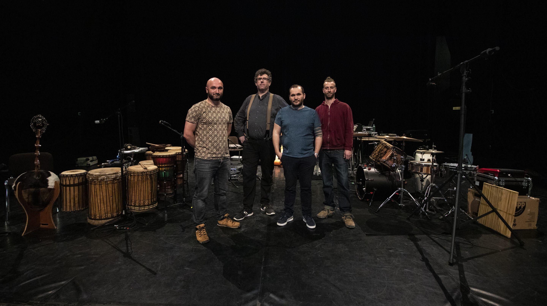 Artistes de Yemanja Records au milieu d'instruments