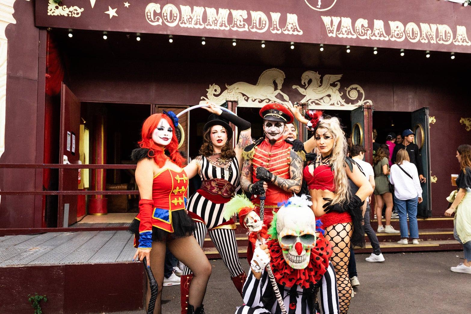 Artistes et perfomers devant le cirque de Madame Loyal