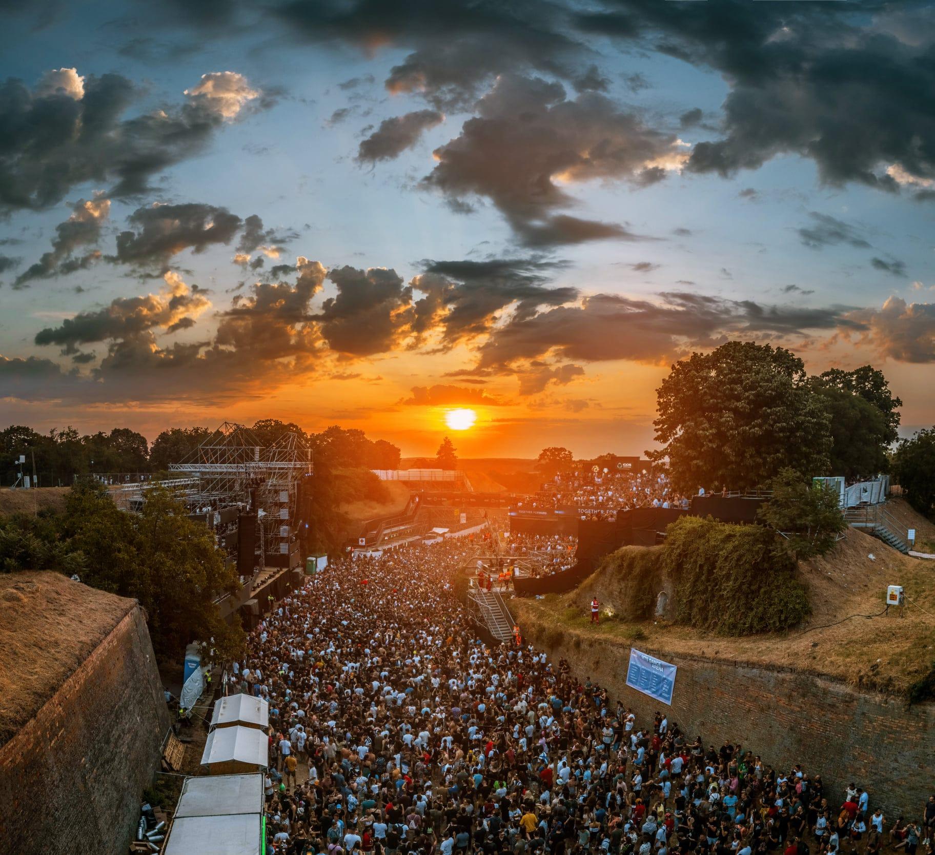 Coucher de soleil sur la scène MTS de l'Exit Festival