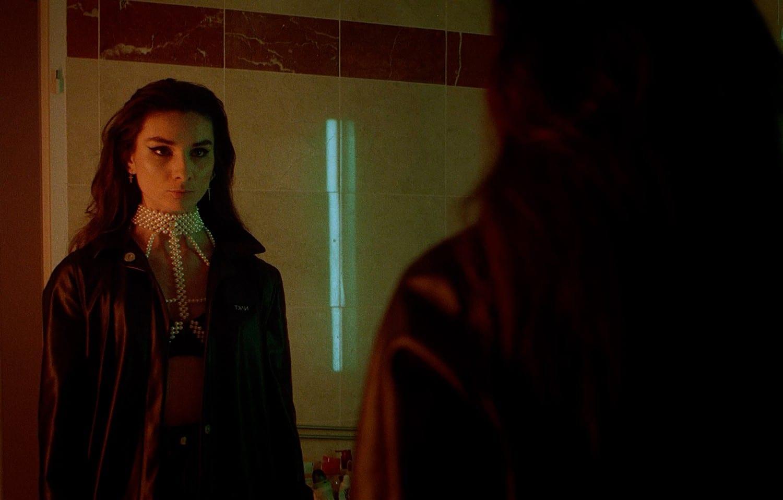 "Carla Schmitt dans le clip de ""My Fears"""