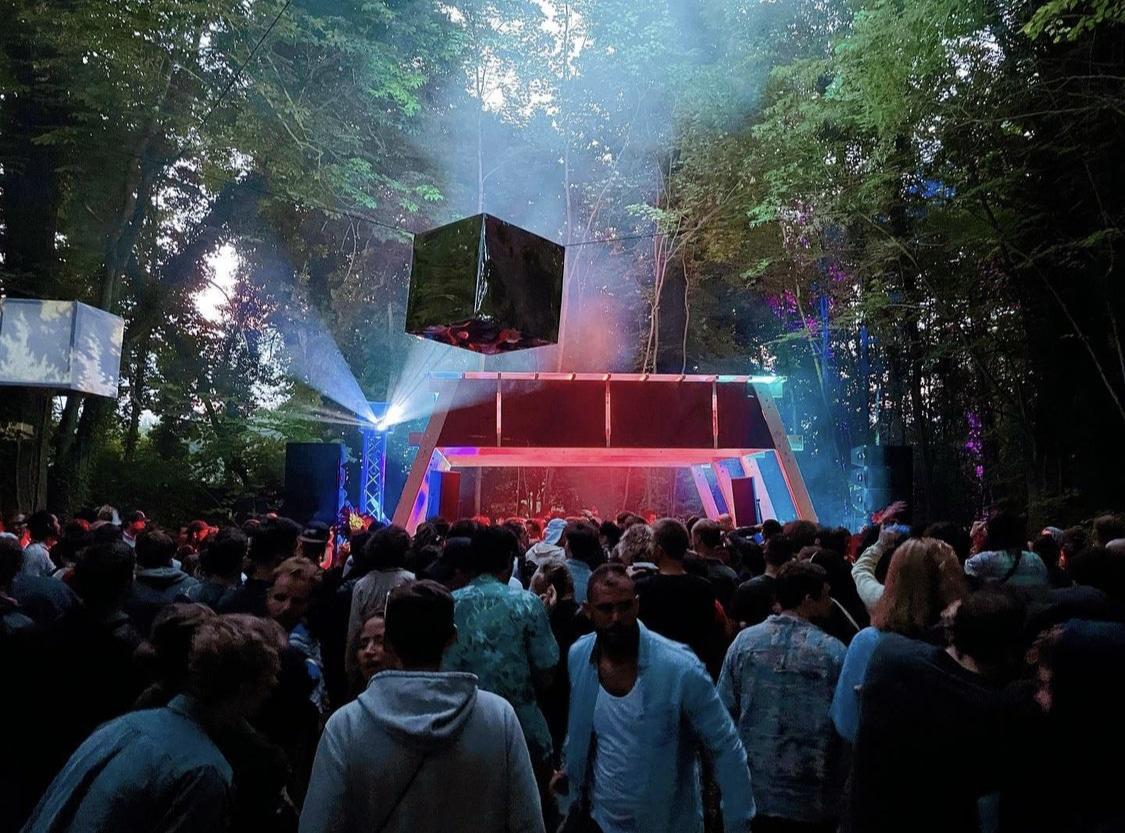 Nostromo festival sur la scène dans la forêt. Crédit : Vasquez Felipe