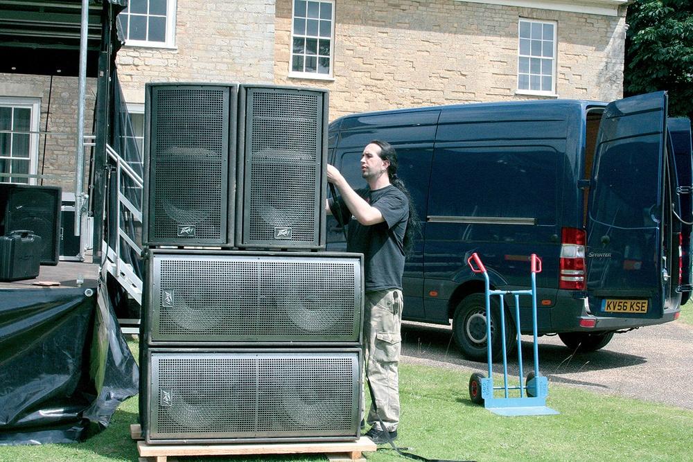 Homme qui installe un soundsystem