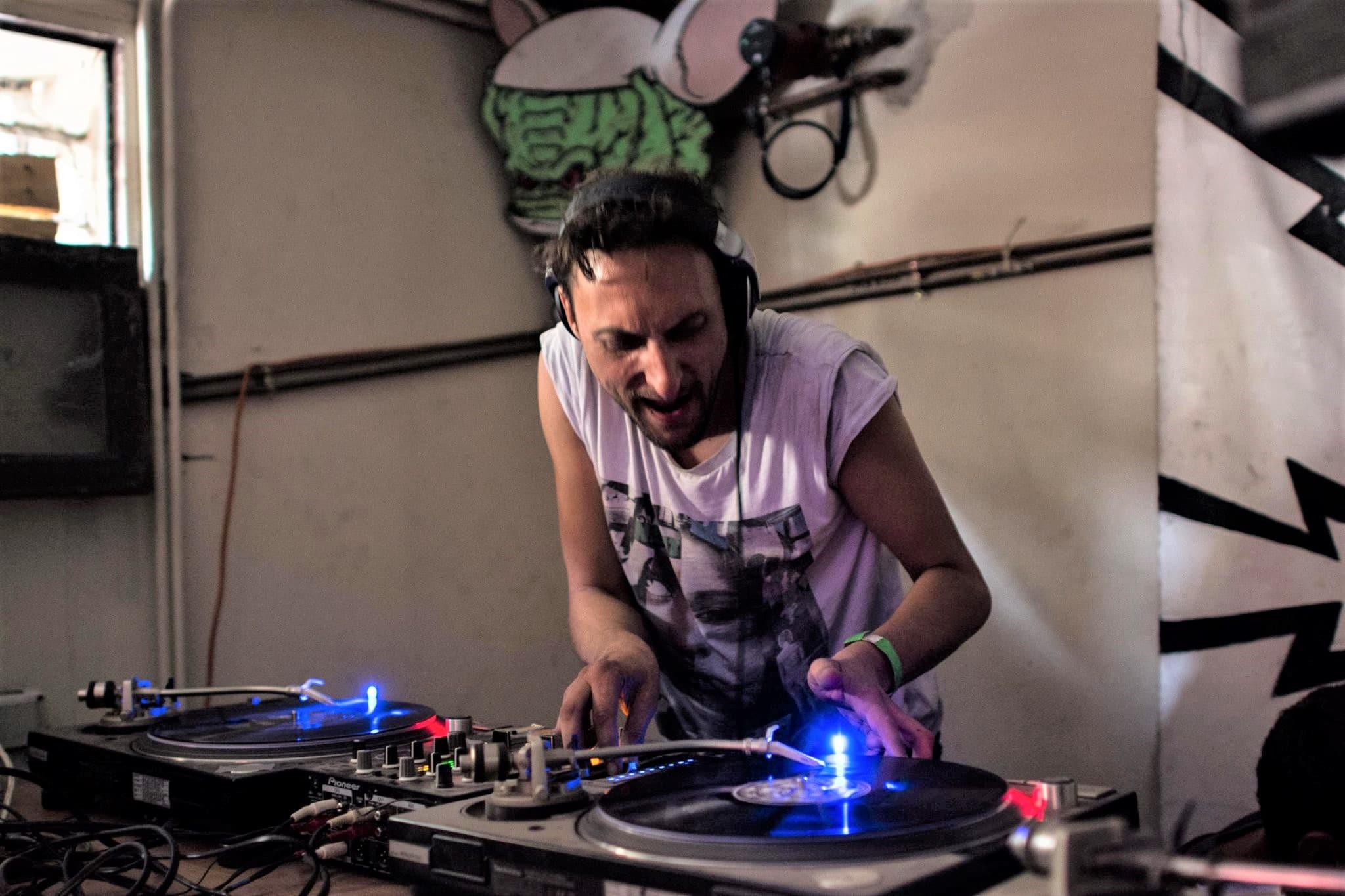 The Machinist en train de mixer sur vinyles