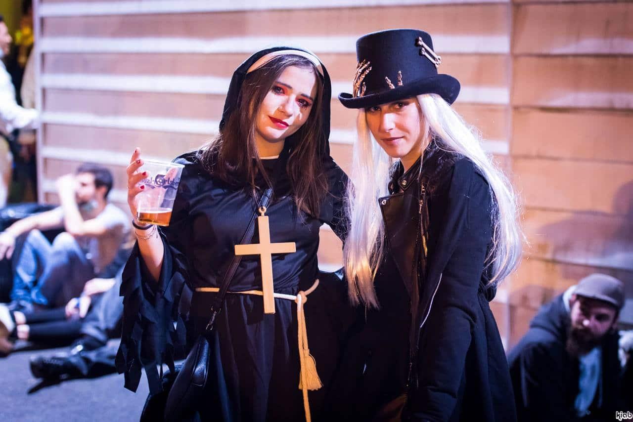 Ravers déguisés à la soirée d'Halloween organisée par Beat Addicts en 2018. Crédit : Samuel Leseurre