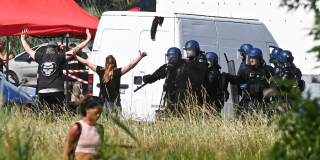 Fêtards face aux CRS à la rave de Redon. Crédit : FRANCK DUBRAY / OUEST FRANCE